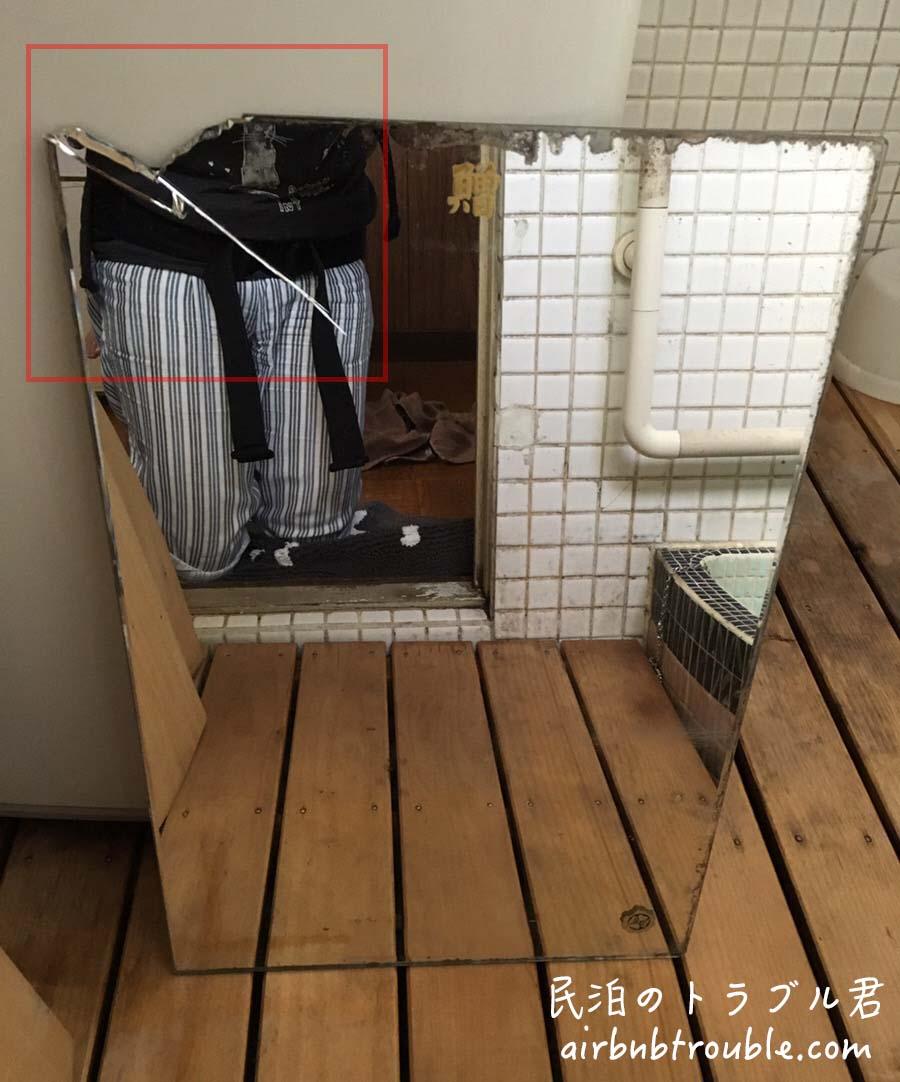 【破損】浴室の鏡が謎に角が割られました。